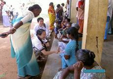 スリランカ・トリンコマレー県:眼科検診を待つ村の人たちの写真